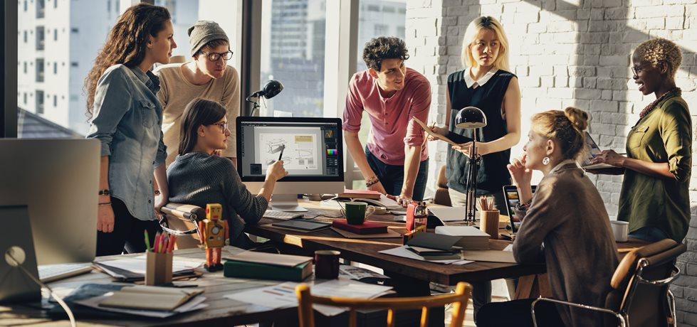 equipe reunida fazendo brainstorming