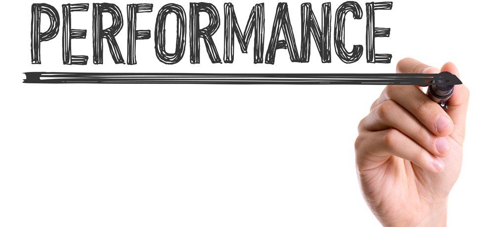 Mão com marcador escrevendo a palavra Performance