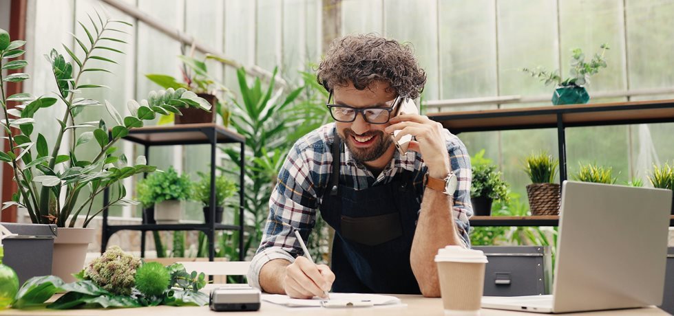 Empresário falando no celular