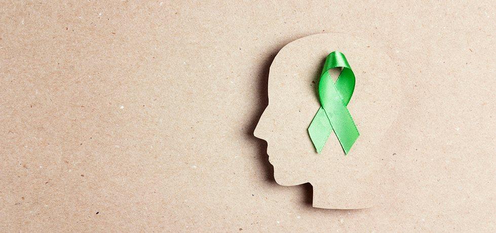 Fita verde como símbolo da saúde mental dentro de um cérebro