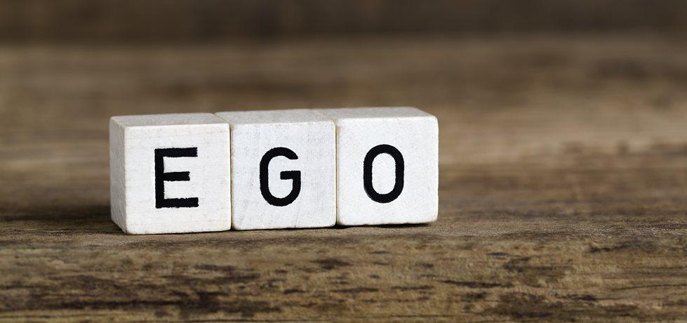 A palavra ego escrita em cubos