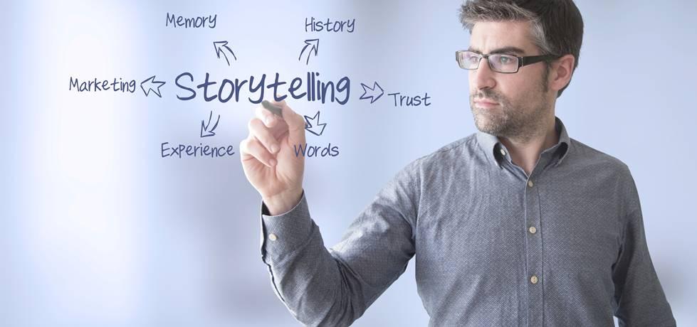 palavra storytelling na lousa e empresário segurando um pincel