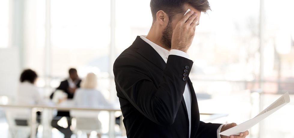 Homem inseguro antes de uma reunião