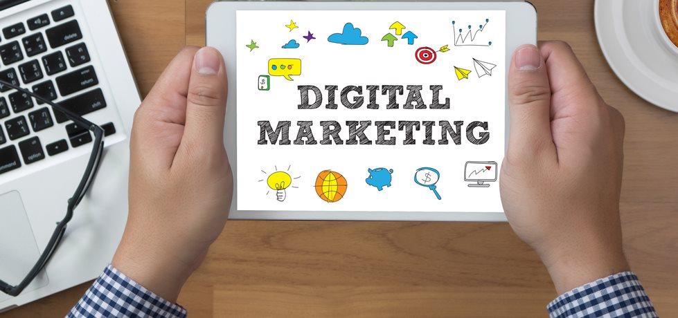 Homem segurando tablet e a frase marketing digital na tela