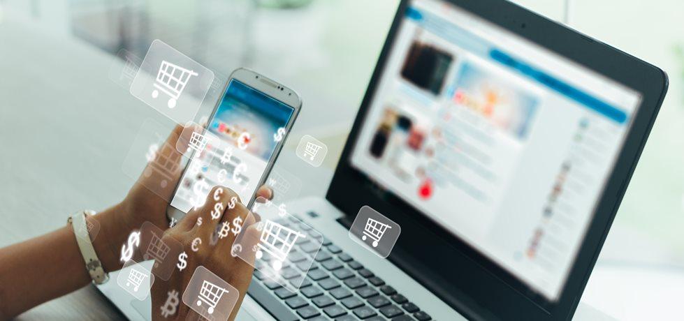 Mulher usando celular e ícones de carrinho de compras